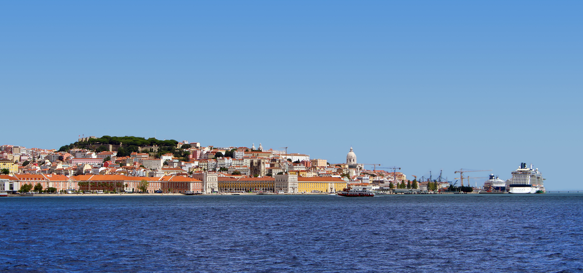 In 10 minutes by boat to the center of Lisbon